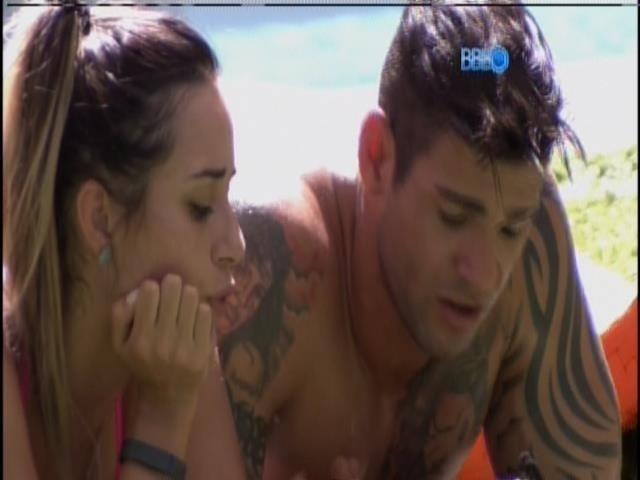20.jan.2014 - Rodrigo e Letícia em mais uma DR na beira da piscina