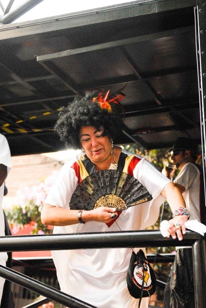 Fev. 2013 - Doroti, duquesa da corte, no Carnaval 2013, na Vila Madalena, em São Paulo