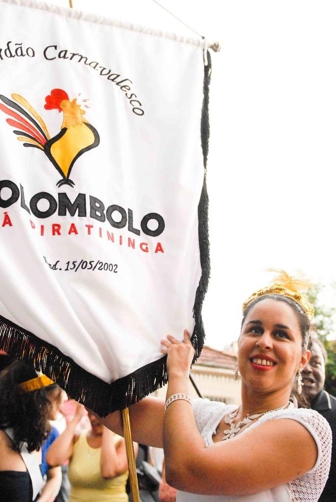 Fev. 2013 - Ligia Fernandes, porta estandarte do desfile do Kolombolo no Carnaval 2013, na Vila Madalena, em São Paulo