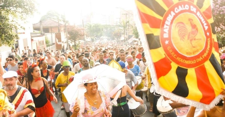 Fev. 2013 - Público desfila com o cordão Kolombolo no Carnaval de 2013, na Vila Madalena, em São Paulo