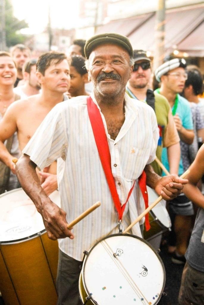 Fev. 2013 - Toinho Melodia, da músico da velha guarda do samba de São Paulo, durante o desfile do Kolombolo no Carnaval 2013, na Vila Madalena