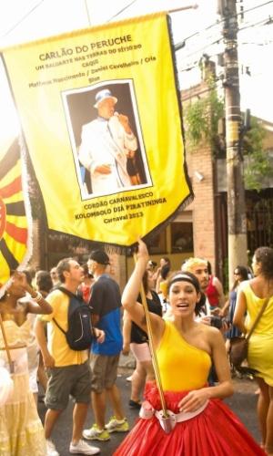 Fev. 2013 - Yve Zoli, porta estandarte levando o tema do Carnaval 2013, na Vila Madalena, em São Paulo