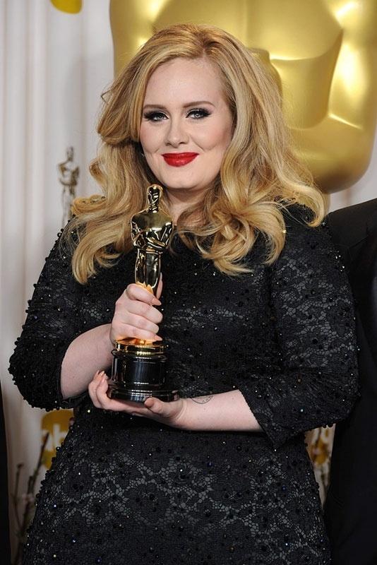 21.jan.2014 - Adele ganhou estatueta de melhor canção original no Oscar 2013