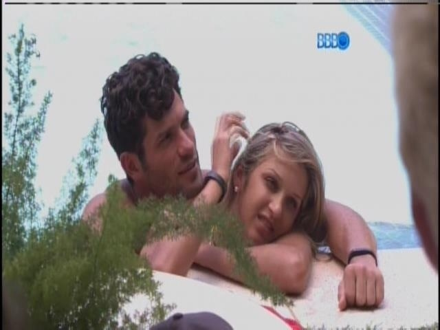 21.jan.2014 - Roni e Tatiele Polyana namoram dentro da piscina