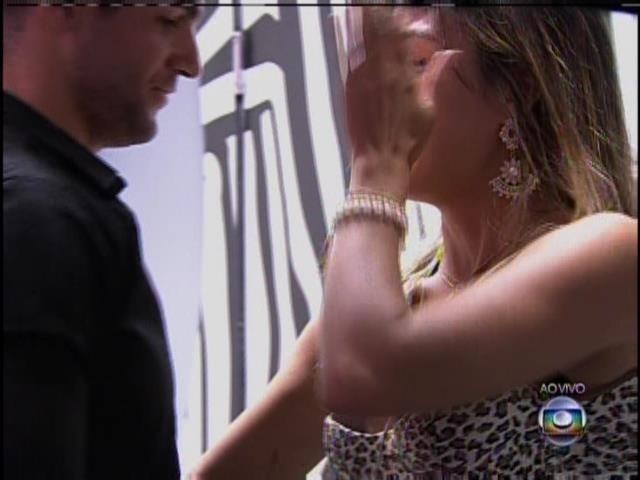 21.jan.2014. Letícia chora com a saída de Rodrigo