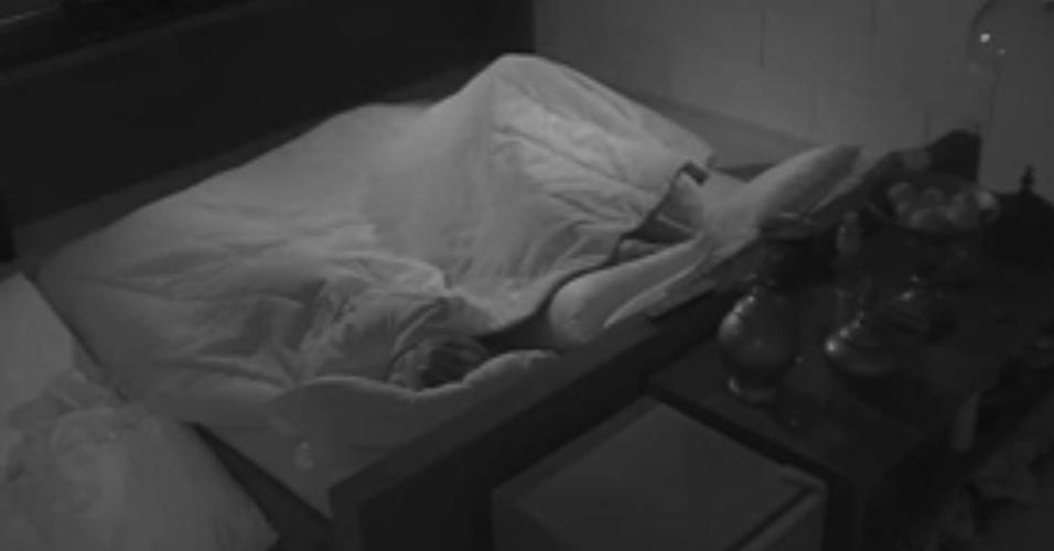 21.jan.2014 - Roni e Tatiele namoram no quarto do líder sob o edredom