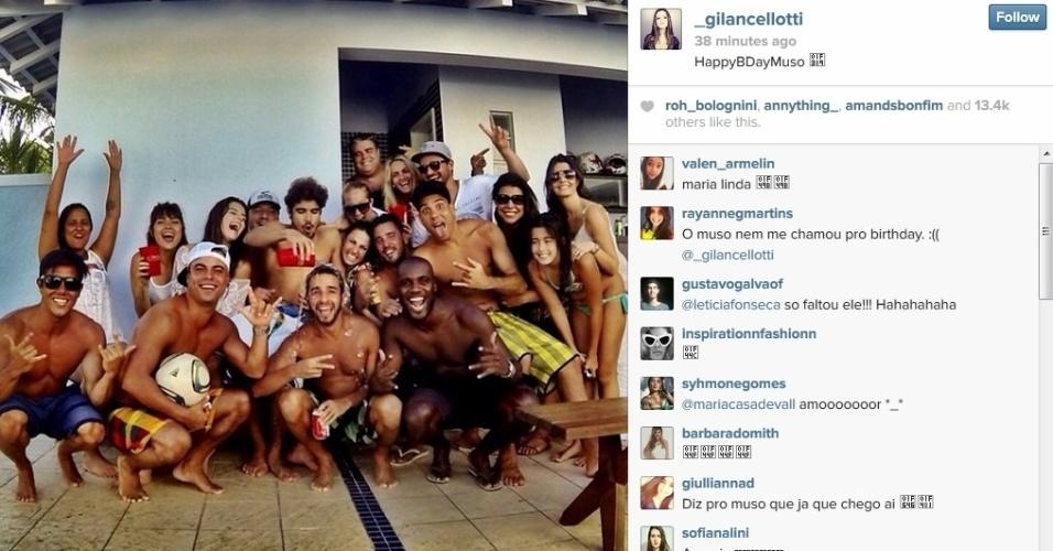 22.jan.2013 - Giovanna Lancellotti divulgou registro da festa de 25 anos de Caio Castro. Na imagem, o ator aparece rodeado de amigos, dentre eles Maria Casadevall