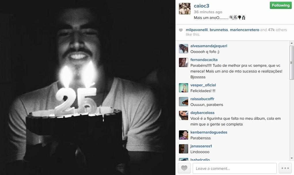 22.jan.2014 - Caio Castro comemora seus 25 anos com bolo e velinhas