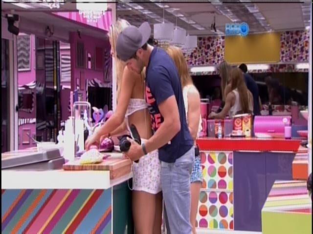 22.jan.2014 - Roni abraça Tatiele e aperta a barriguinha da amanda