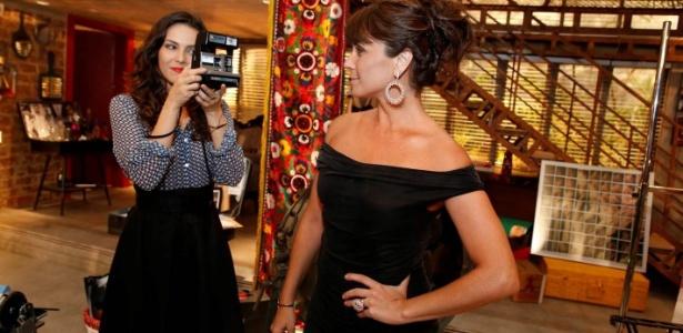 """Tainá Muller tira fotos de Giovanna Antonelli no lançamento de """"Em Família"""", próxima novela das nove. Na trama, Giovanna é uma dona de casa que vive um romance com a fotógrafa vivida por Tainá"""