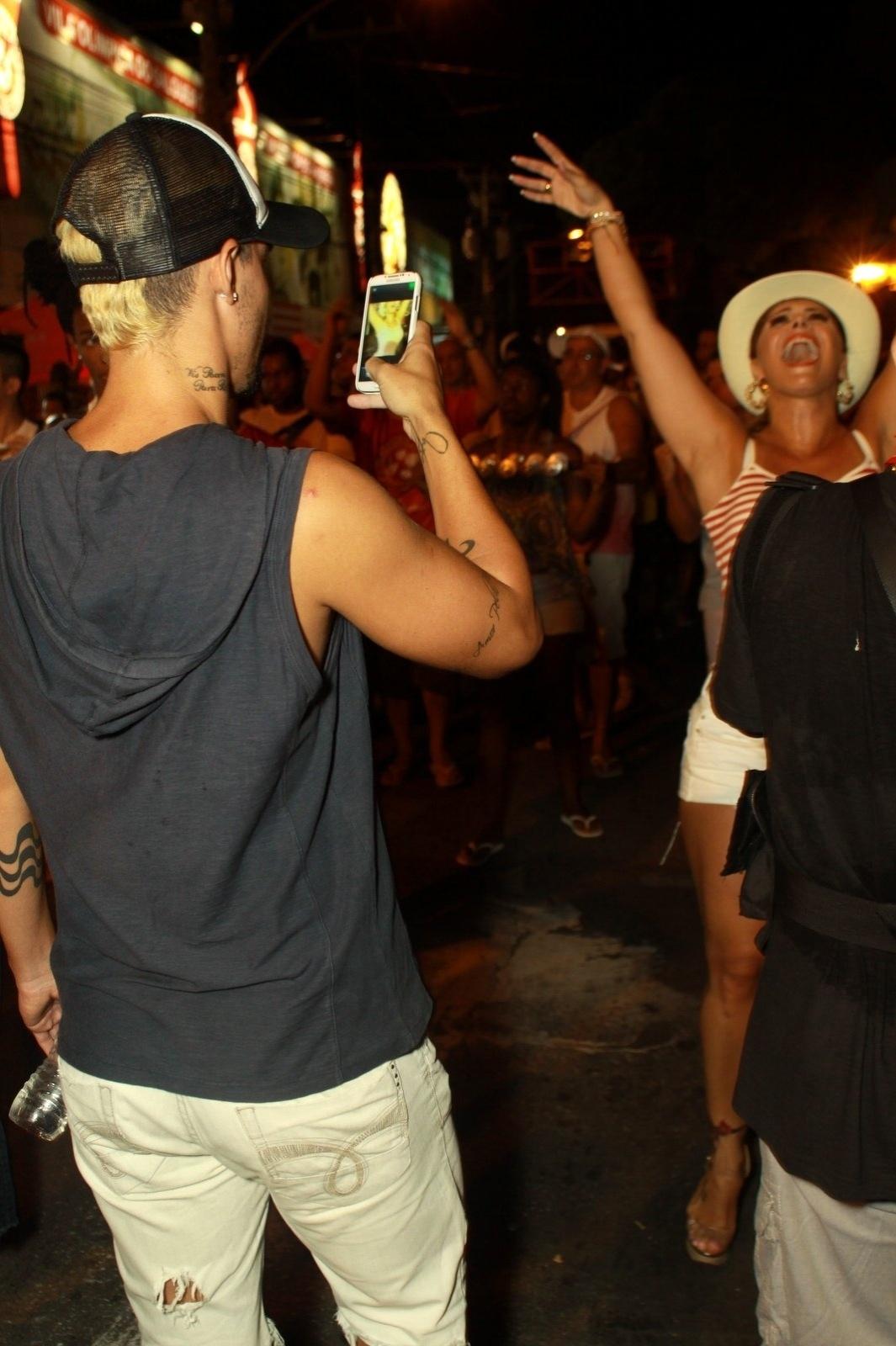 22.jan.2014 - Enquanto Viviane Araújo samba muito, o namorado, Radamés, aproveita para tirar foto da amada