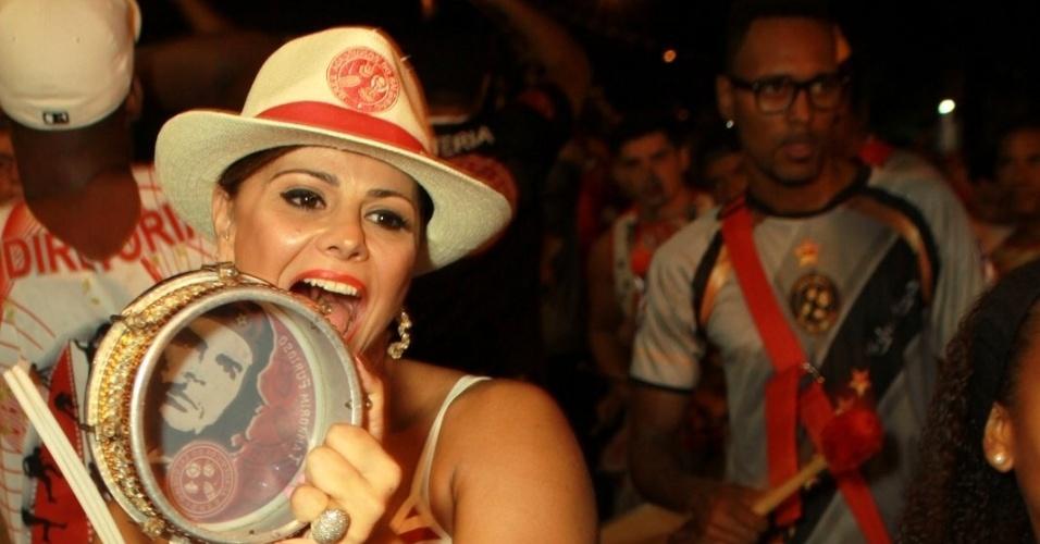 22.jan.2014 - Viviane Araújo se empolga no ensaio técnico da Salgueiro, no Rio de Janeiro