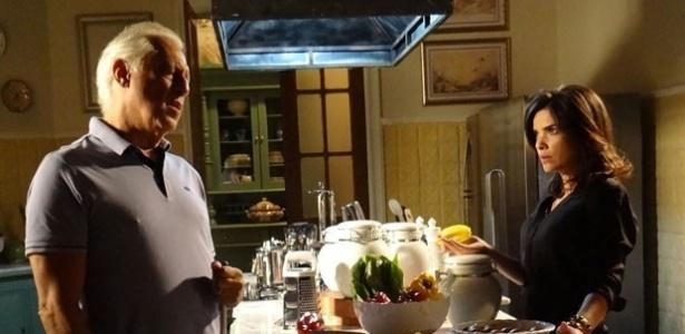 """23.jan.2013 - Em """"Amor à Vida"""", César ouve Aline conversando com homem e puxa faca"""