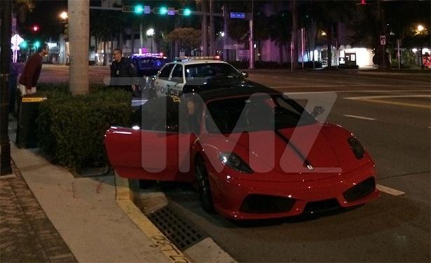 23.jan.2013 - O motorista com quem Justin Bieber estava disputando o racha, identificado como o cantor de R&B Crazy Khalil, também foi detido - e, assim como o astro teen, dirigia uma Lamborghini vermelha