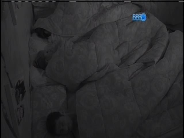 23.jan.2014 - Cansados após a Festa Perdidos na Selva, brothers ainda não acordaram nesta quinta-feira