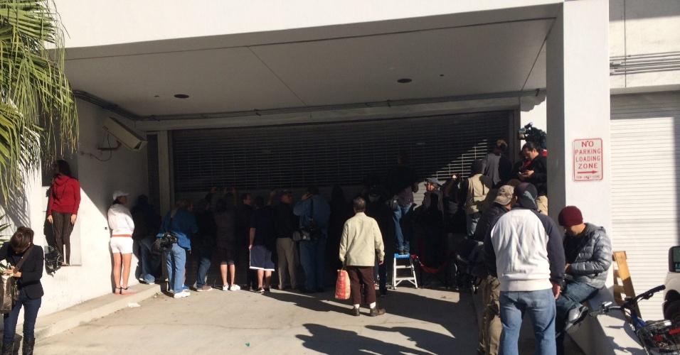 23.jan.2014 - Grupo de jovens e curiosos se reúnem na porta da delegacia em Miami onde Justin Bieber está detido por dirigir embriagado