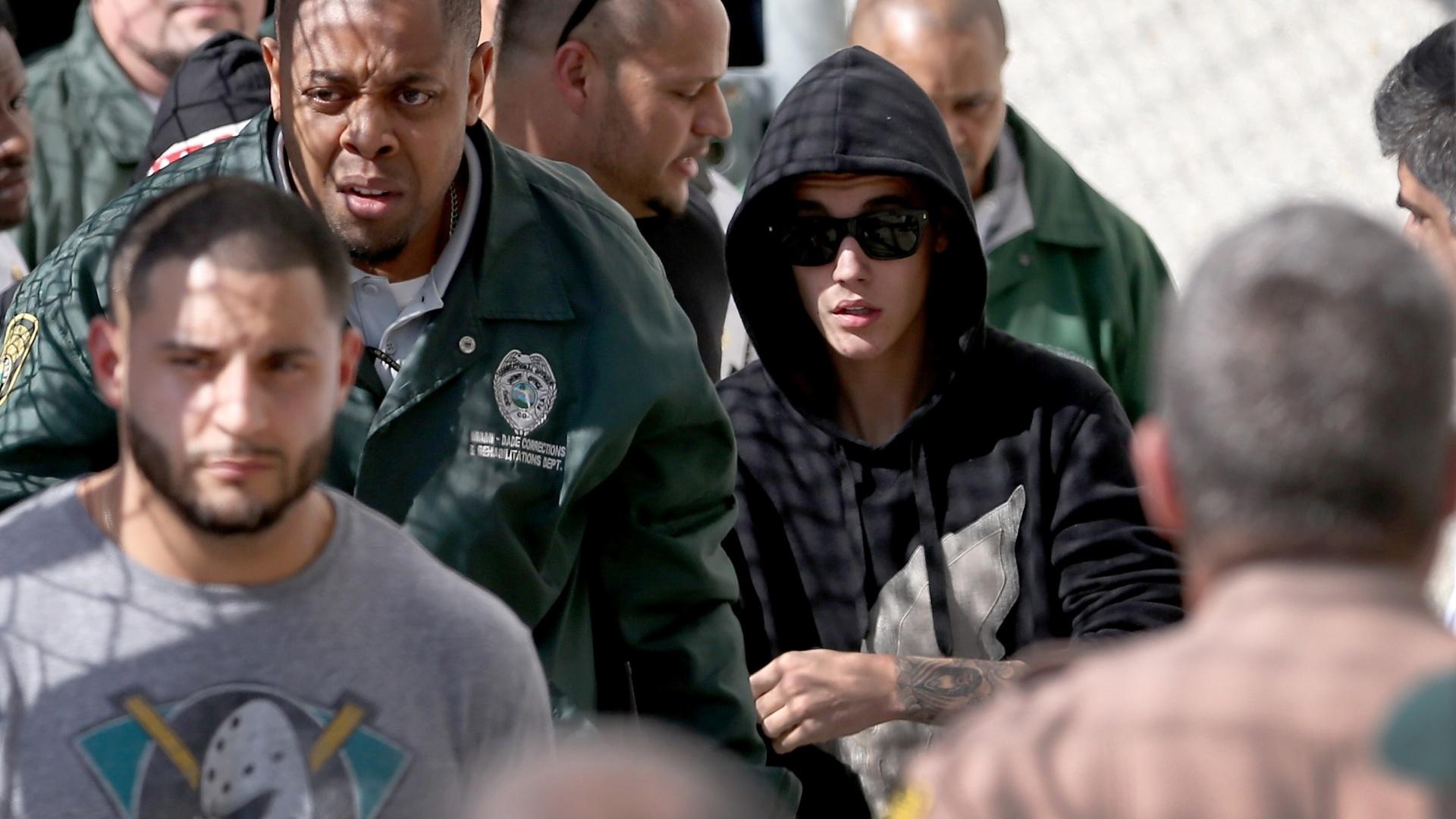 23.jan.2014 - Justin Bieber deixou a prisão após comparecer à primeira audiência, no Centro de Correção Turner Guilford Knight, em Miami. O cantor foi preso por dirigir alcoolizado e se envolver em racha