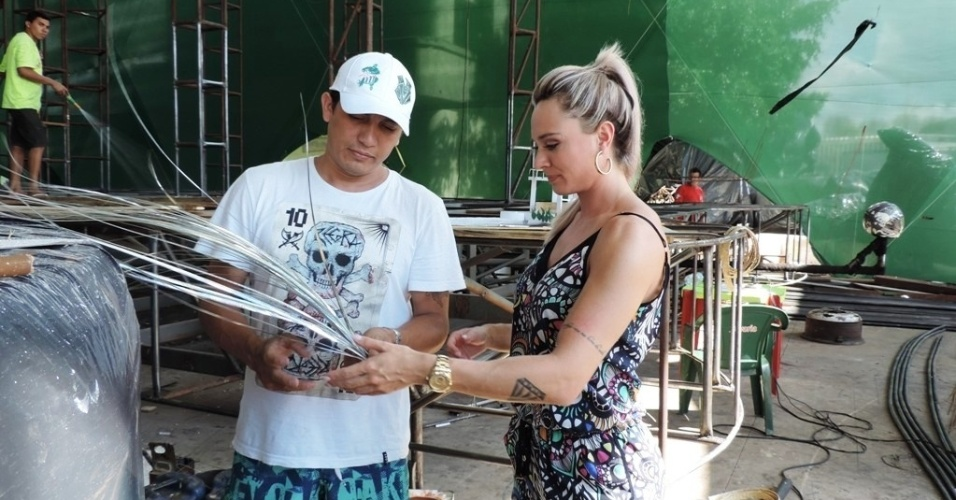 23.jan.2014 - Musa da Escola de Samba Mancha Verde, Juju Salimeni marcou presença no barracão da agremiação para conferir detalhes de sua fantasia para os desfiles do Carnaval 2014