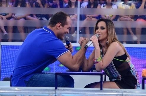 23.jan.2014 - Wanessa disputa uma queda de braço com ninguém menos que o campeão do UFC Junior Cigano, no quadro