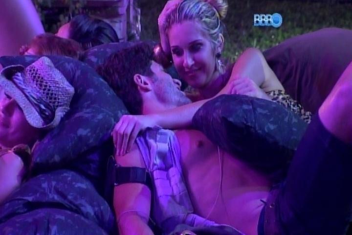 23.jan.2014 - Roni e Tatiele aproveitam a balada para namorar