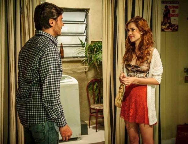 """Em """"Amor à Vida"""", Natasha (Sophia Abrahão) vai até o apartamento de Thales (Ricardo Tozzi) para lhe fazer um pedido."""