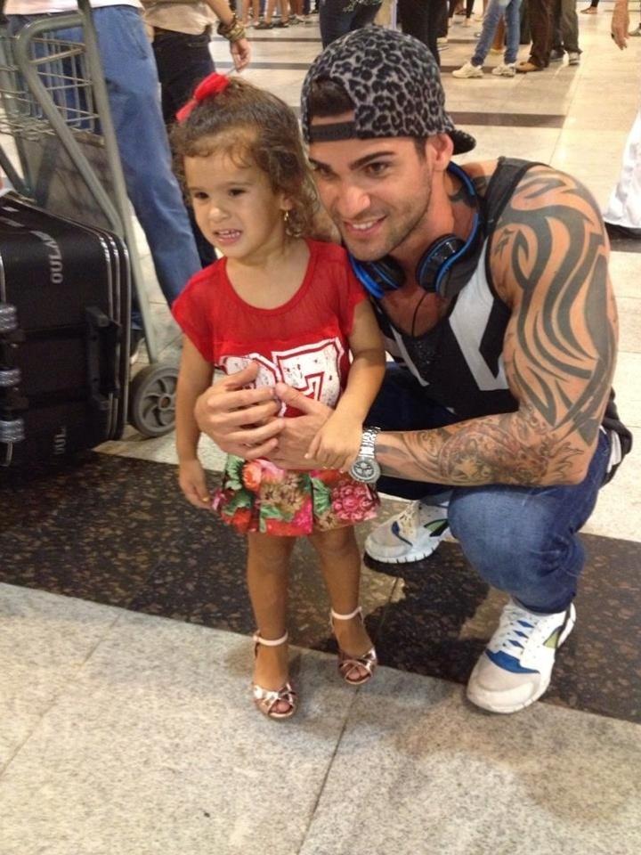 Rodrigo posa para fotos no aeroporto de Recife