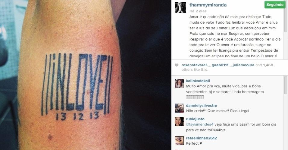22.jan.2014 - Com um mês de relacionamento, Thammy faz tatuagem para namorada
