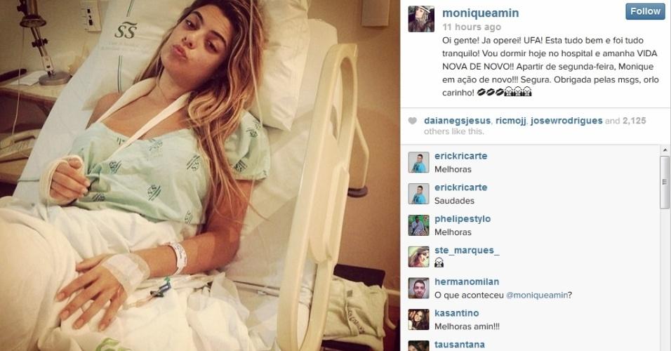 23.jan.2014 - Monique mostra foto em que aparece na cama do hospital