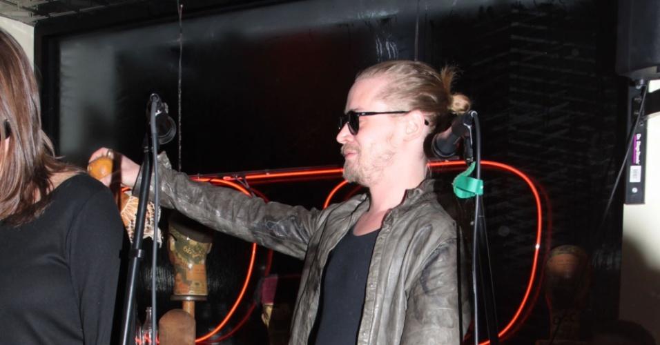 23.jan.2014 - O ator Macaulay Culkin se apresenta com sua banda The Pizza Underground, em um loja em Nova York. O grupo é uma paródia do The Velvet Underground, fundado por Lou Reed nos anos 60. Sua namorada, Jordan Lane Price, estava na plateia
