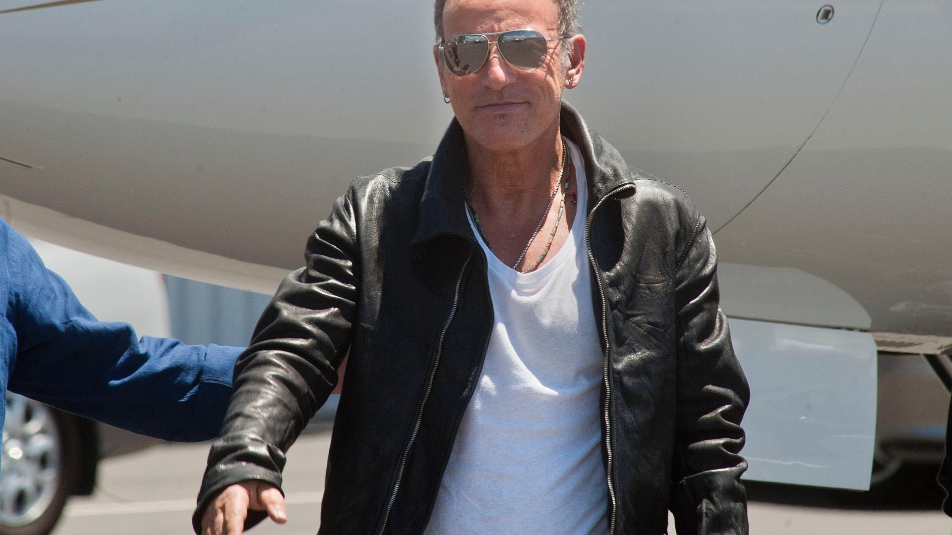 24.jan.2014 - Bruce Springsteen chega à Cidade do Cabo, na África do Sul, para dar início a sua turnê mundial com show no dia 26