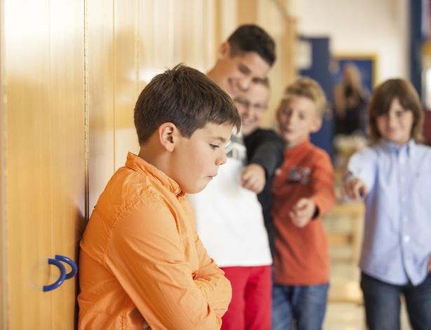 Para descobrir o que acontece com a criança, não a pressione nem a exponha diante dos amigos
