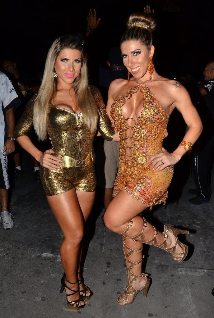24.jan.2014 - Ana Paula e Tati Minerato caem no samba em ensaio da Gaviões da Fiel na quadra da escola em São Paulo