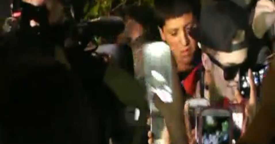 24.jan.2014 - Em vídeo divulgado pelo TMZ, Justin Bieber é cercado por fãs ao tentar deixar mansão, um dia após prisão