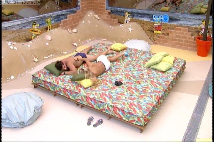 25.jan.2014 - Antes da festa Roni e Tatiele descansam juntos do lado de fora da casa