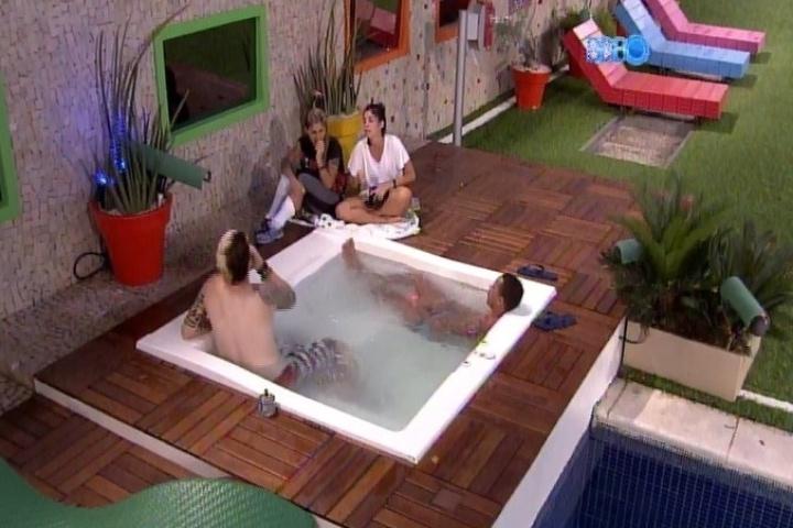25.jan.2014 - Cassio, Valter, Bella e Vanessa relaxam na banheira após a formação do quinto paredão do