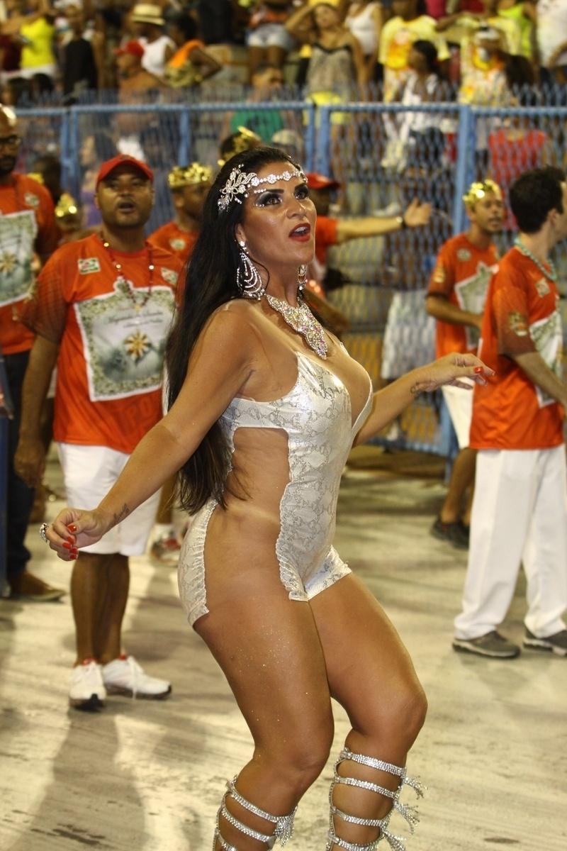 25.jan.2014 - Com figurino ousado, Solange Gomes rouba a cena na Sapucaí. A rainha da Porto da Pedra chamou atenção do público ao chegar na avenida usando um microvestido prateado, no ensaio das escolas de samba, na noite deste sábado (25), no Rio