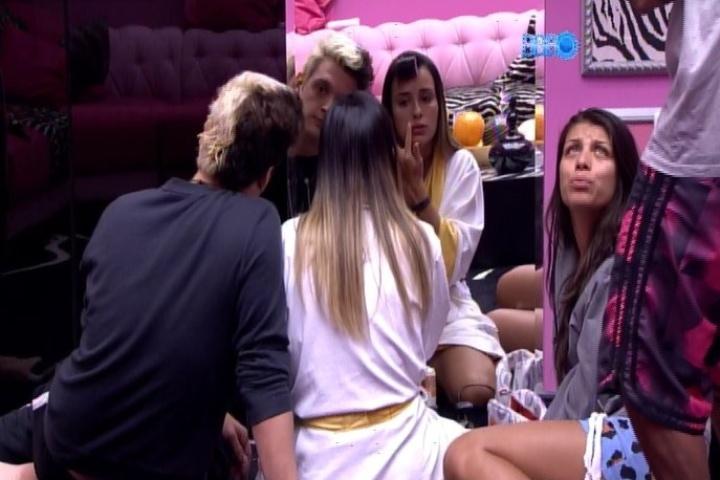 25.jan.2014 - Letícia faz chapinha e passa creme enquanto conversa com Franciele e Cassio