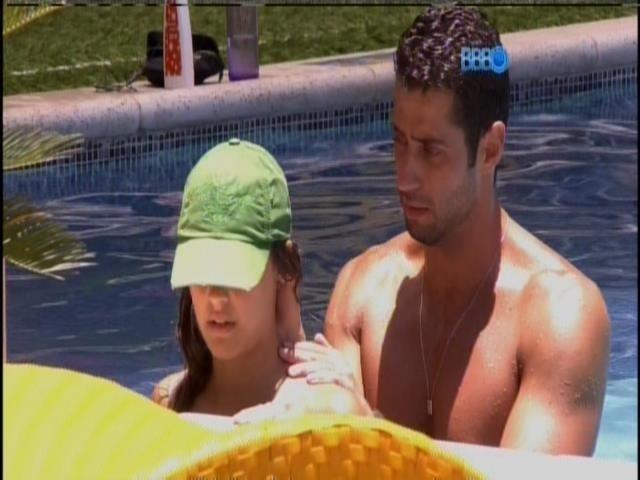 25.jan.2014 - Marcelo faz massagem em Angela