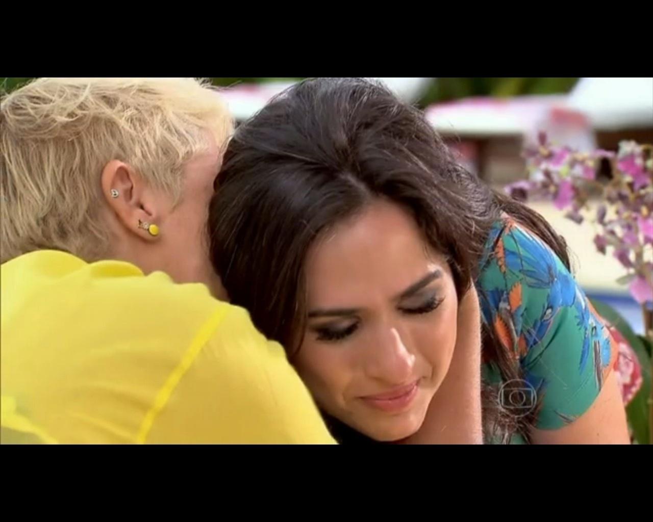 25.jan.2014 - Tatá Werneck recebe abraço de Xuxa durante entrevista no