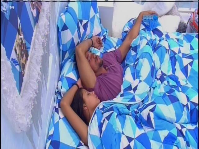 26.ja.2013 - Diego e Franciele dormem no quarto Sibéria