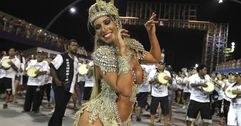 26.jan.14 - Há seis anos Tatiane Minerato é rainha de bateria da Gaviões da Fiel