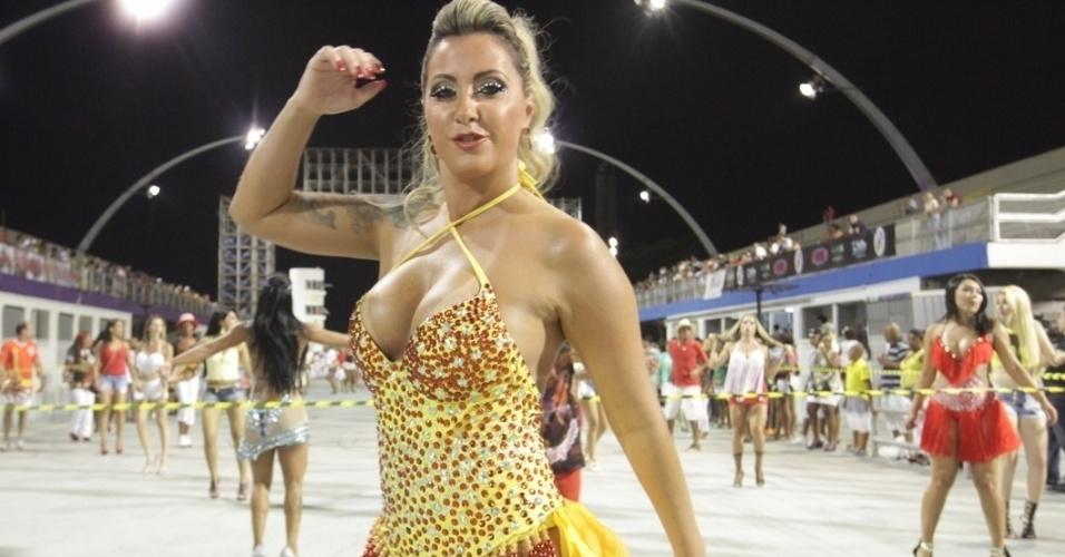 26.jan.14 - Silvia Waszack participou do ensaio técnico da Gaviões da Fiel no sambódromo do Anhembi, na noite de sábado (25)