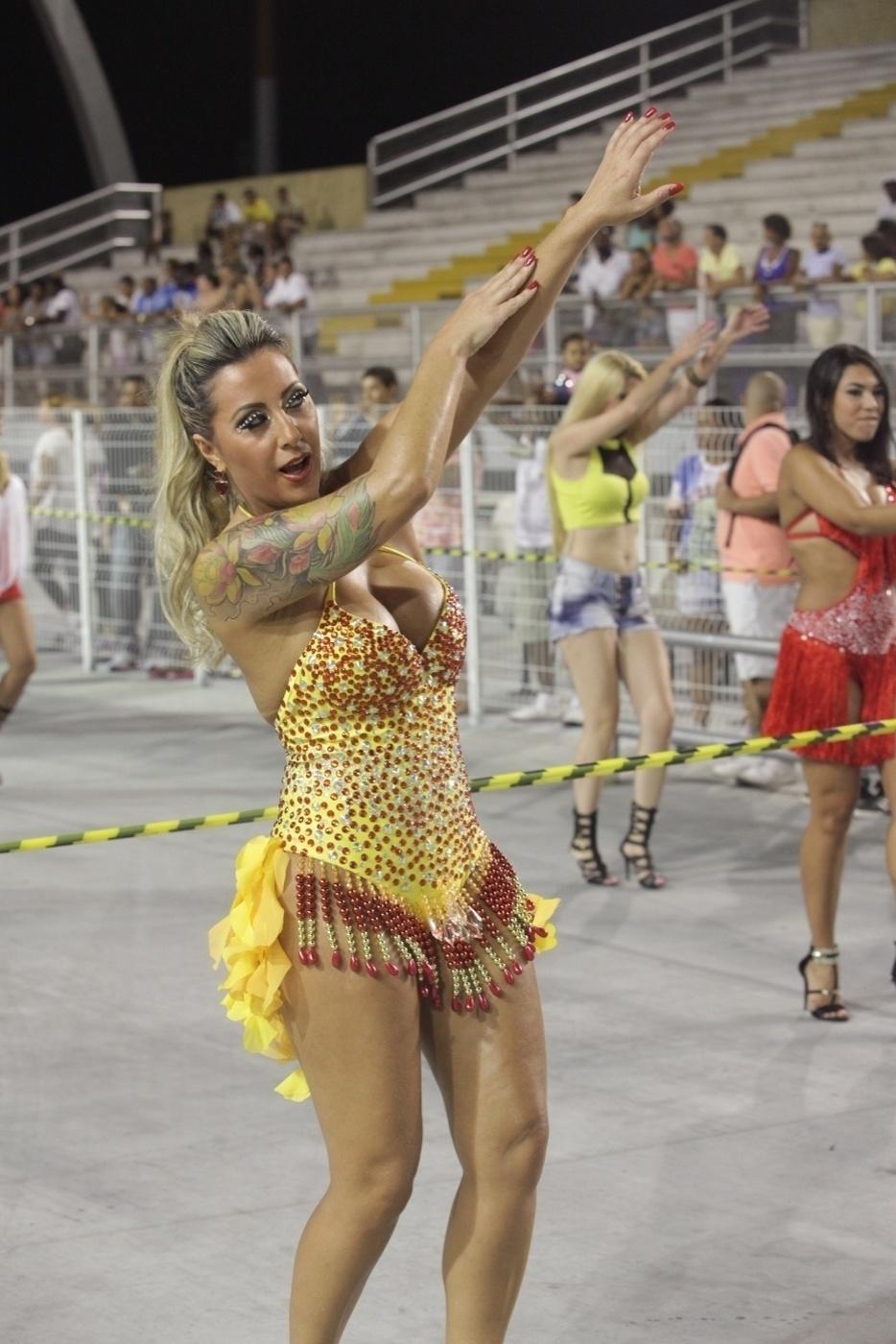 26.jan.14 - Silvia Waszack se prepara para representar a Gaviões no Carnaval 2014