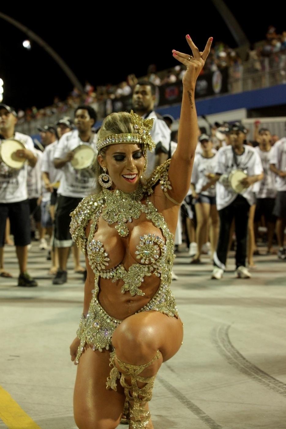 26.jan.14 - Tati samba a frente da bateria da Gaviões no ensaio técnico no sambódromo do Anhembi, na noite de sábado (25)