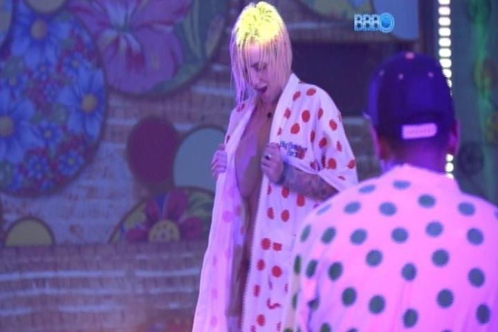 26.jan.2014 - Após mostrar os seus, Clara faz número de strip-tease com o roupão
