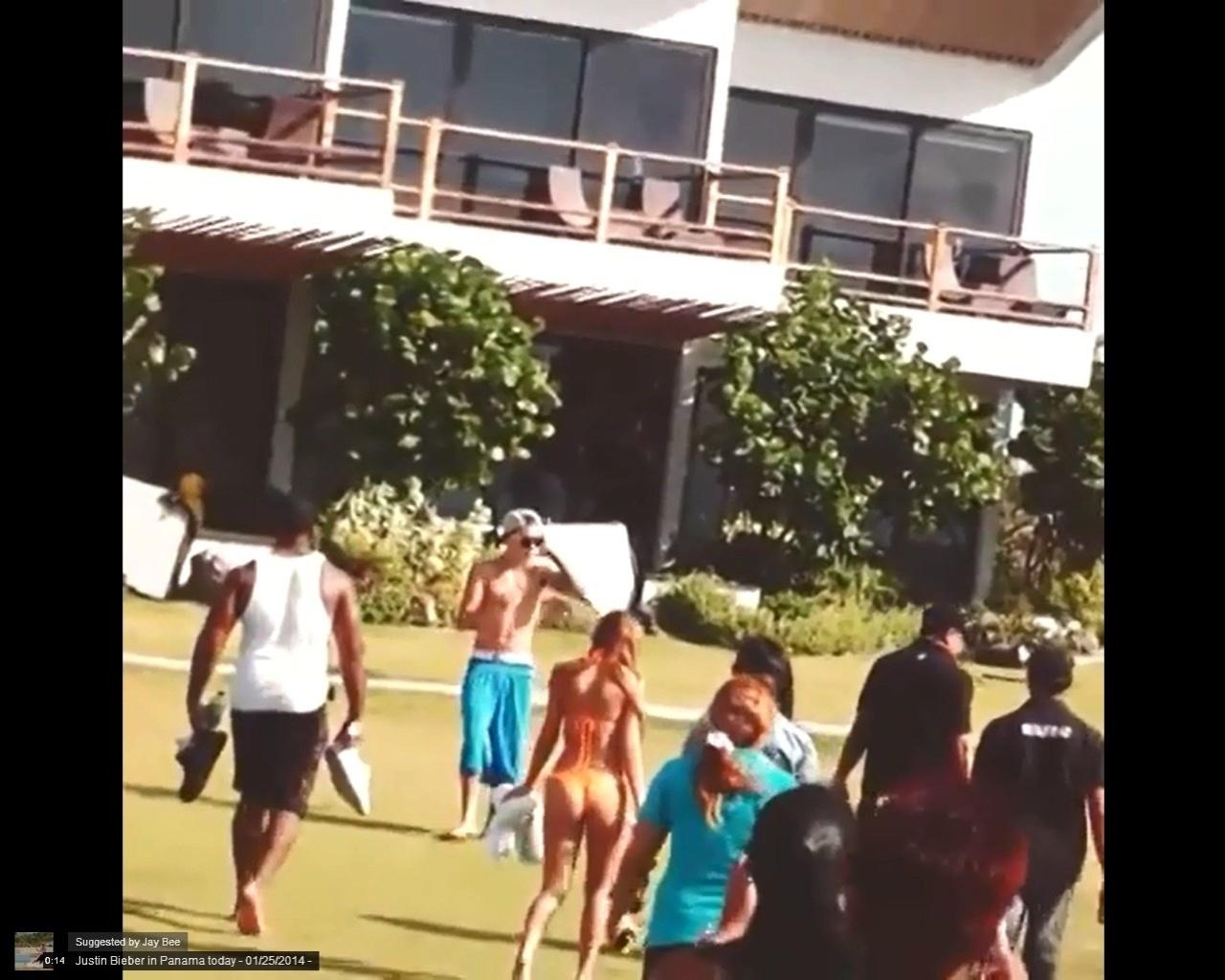 26.jan.2014 - Justin é flagrado no Panamá, dias após ser detido pela polícia. Segundo o TMZ, o cantor recebeu a visita do cantor Usher, seu mentor profissional, que foi aconselhá-lo sobre os rumos que está dando para sua vida
