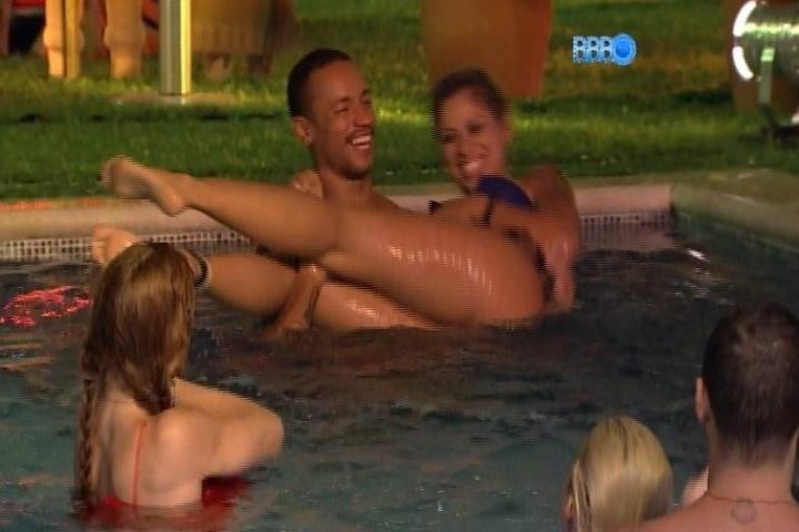 26.jan.2014 - Vanessa tira a parte de baixo do biquíni e Valter levanta a sister