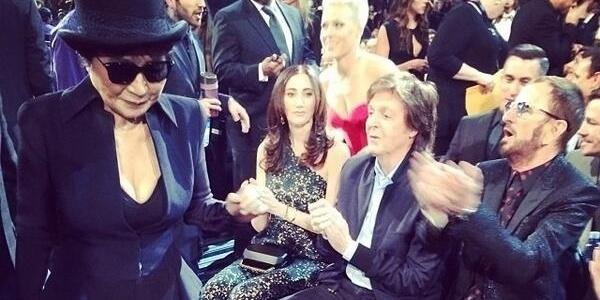 26.jan.2014 - Yoko Ono posta foto em que aparece com Paul McCartney e Ringo Starr no Grammy 2014