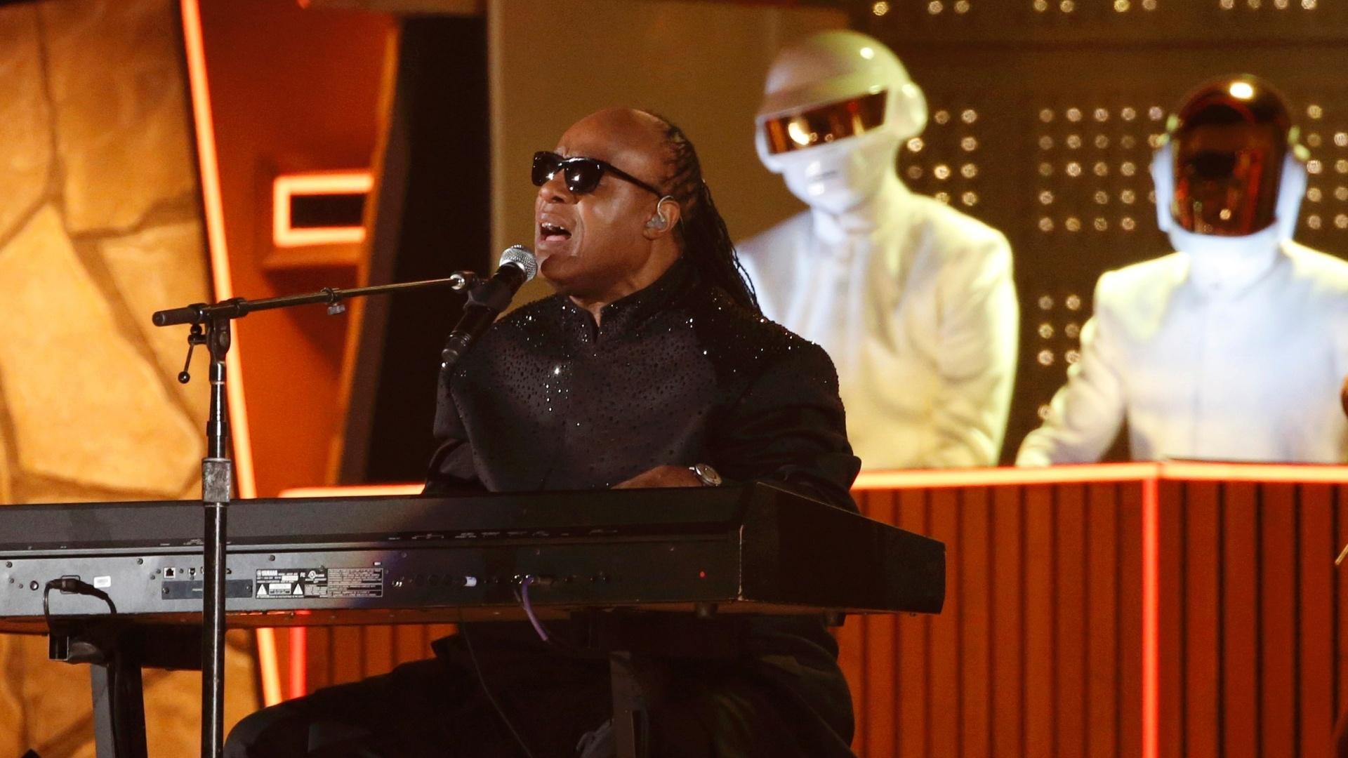 26.jan.2014 - Daft Punk, ao fundo, apresentou o hit