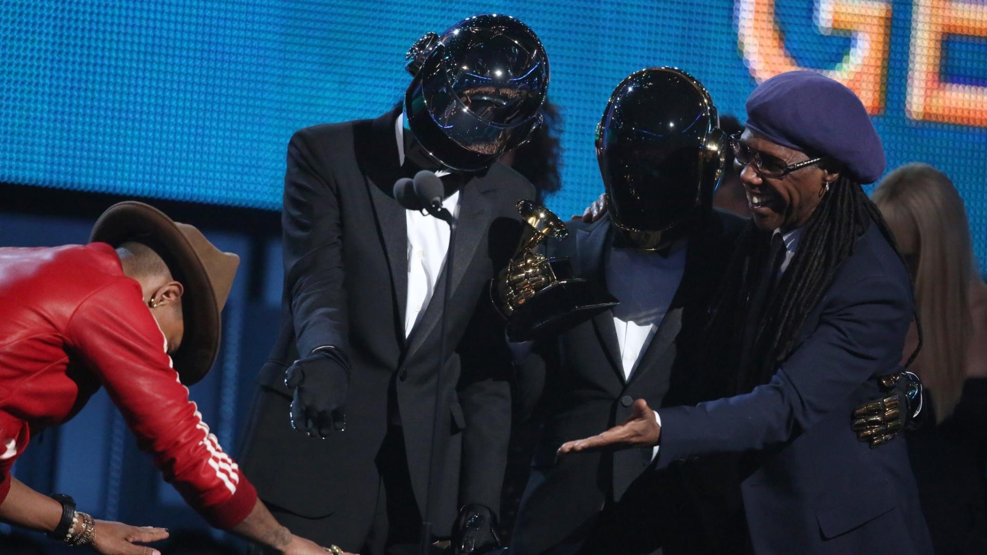 26.jan.2014 - Daft Punk, Nile Rodgers e Pharrell Williams sobem ao palco do Grammy para receber o prêmio na categoria de melhor performance pop de duo ou dupla. A dupla francesa de música eletrônica saiu consagrada do Grammy Awards 2014 vencendo todos os cinco prêmios a que concorria, incluindo o de álbum do ano por